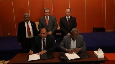 """""""سعفان"""" يشهد توقيع 15 اتفاقية عمل بصرف علاوة خاصة بنسبة 10% لـ 7635 عاملا بأسوان"""