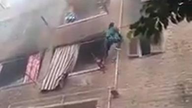 شاهد| شاب مصري ينقذ 3 أطفال من الحريق بالتسلق على مواسير الغاز في الزاوية الحمراء