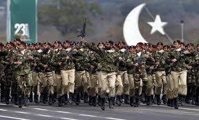 باكستان تستعرض قوتها العسكرية وتدعو إلى السلام مع الهند